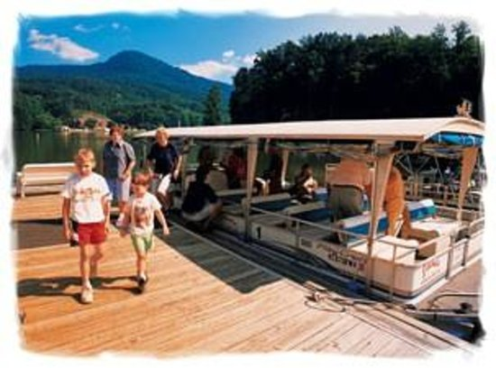 Lake Lure, NC: Relax on a covered boat tour.