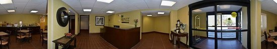 Quality Inn & Suites Worcester: Panoramic view of Lobby
