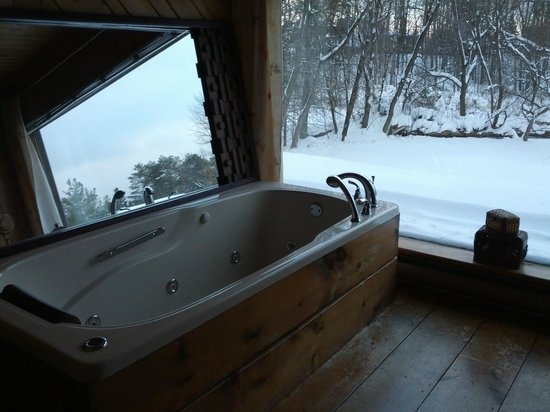 Ancestral Knowlton B&B: Jacuzzi in large suite