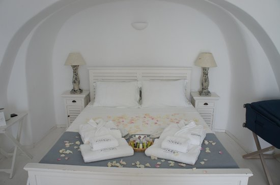 Atrina Traditional Houses: Our bed with flower petals