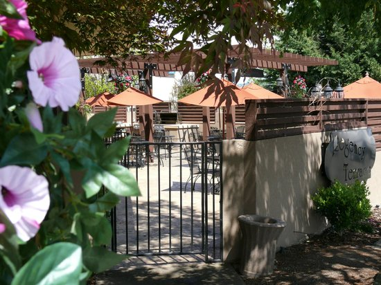 Rogue Regency Inn: Regency Terrace (outdoor dining)