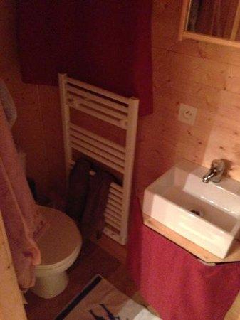 Le' Ti' Bou de refuge : veel te kleine badkamer met wc