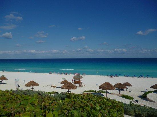 Playa Delfines: Arena blanca, mar turquesa y azul profundo