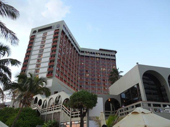Bahia Othon Palace : Vista da piscina para os quartos