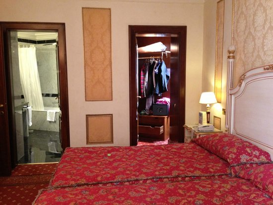 Hotel Splendide Royal: Room facing bathroom and closet