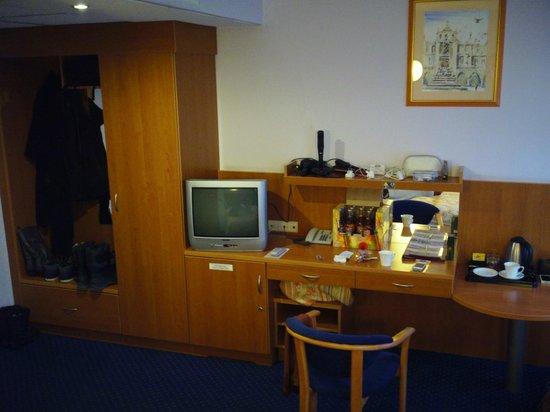 Alexander Hotel: Wardrobe, drawers, mini bar, desk space