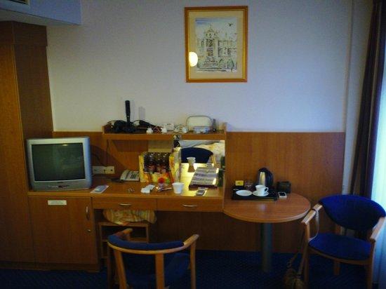 Alexander Hotel: Tea & coffee making facilities, table & chairs