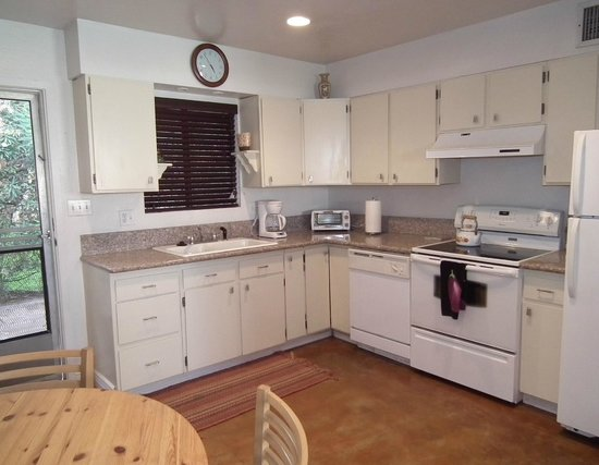 Raz Inn: Fully equipped kitchen in Arizona Villa for family meals in-suite while not enjoying the restaur