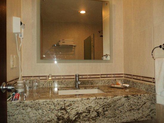 Portobelo Hotel: muy limpio y elegante el baño