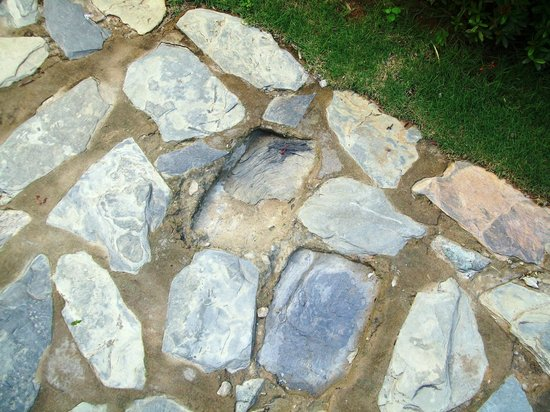 Isla Caribe Beach Hotel: Uneven stone walkway