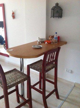 Milino Buenos Aires Apart Hotel: Pequena mesa para refeições com bancos altos.