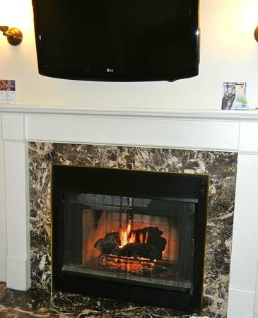 Best Western Plus Victorian Inn: Fun fireplace and big screen TV