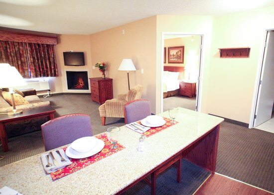 GrandStay Hotel & Suites Perham, MN: Extended Suite with Fireplace and Kitchenette