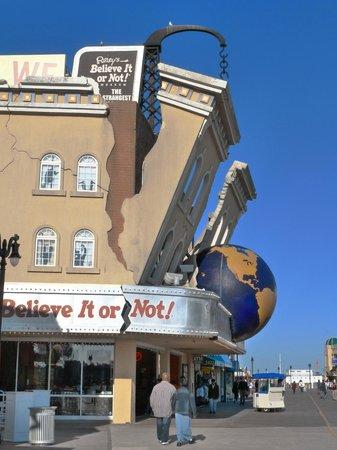 Atlantic City Boardwalk : Ripley's Believe It or Not - didn't go in, but bizarre exterior!