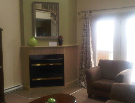 Hotel Suites Lac-Brome: Fireplace in living room