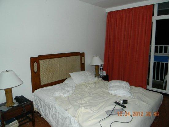Decameron Cartagena: Habitacion vieja y muebles muy viejos