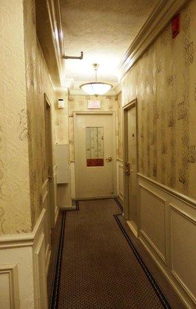 Imperial Court Hotel: Pasillo maloliente