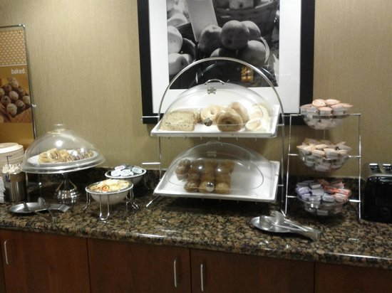Hampton Inn Ellensburg: Breakfast bagels/muffins