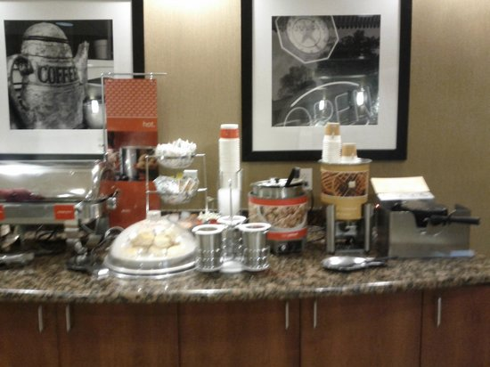 Hampton Inn Ellensburg: Breakfast waffles/eggs
