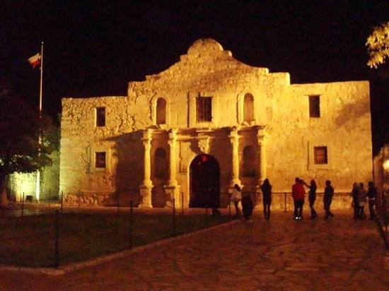 The Emily Morgan San Antonio - a DoubleTree by Hilton Hotel : alamo at night. rare that there arent lots of people in front, it was cold!