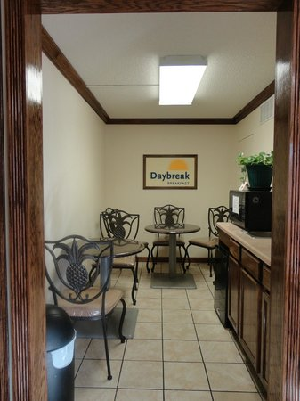 Days Inn Muskogee: New Breakfast Seating Area