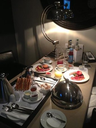 Dakota Edinburgh: breakfast in our suite