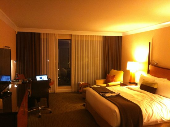 Fairmont Vancouver Airport: Great quality bed and good-sized room