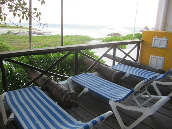 Amar Inn B&B: beach chairs and view to beach