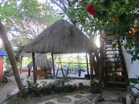 Amar Inn B&B: hammocks and beach chair patio