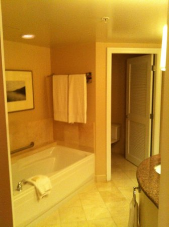 Fairmont Vancouver Airport: Large bathroom with separate toilet