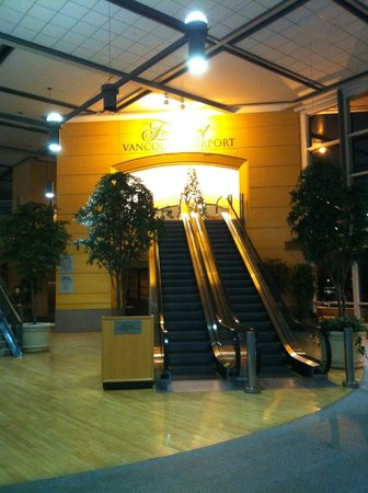 Fairmont Vancouver Airport: Hotel entrance from inside the terminal (by US departures)