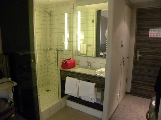 acom Hotel Nürnberg: Doccia e lavandino