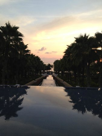 The St. Regis Punta Mita Resort: Beautiful fountains that lead to pool