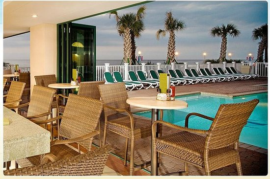 Holiday Inn & Suites North Beach: Pool area outside/lounge