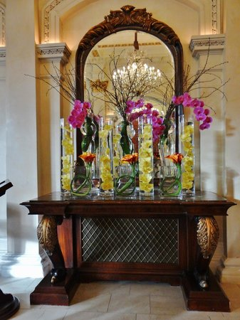 The Shelbourne Dublin, A Renaissance Hotel: Flowers in the lobby