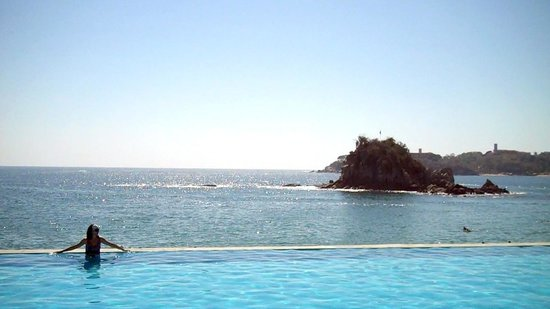 Dreams Huatulco Resort & Spa: The view from the pool.