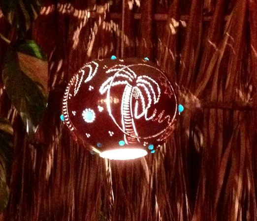 Luna Blue Hotel: Cool carved-plantlife lights