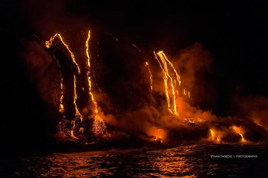 Lava Ocean Tours Inc: 6AM it was still very dark and the lava was super bright