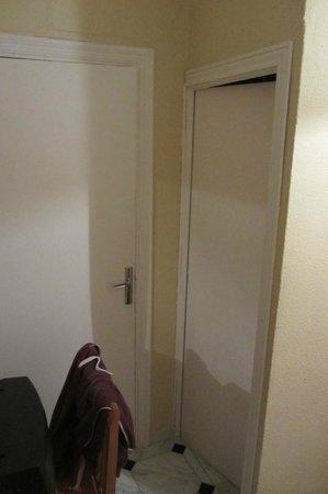 Bed & Breakfast Naranjo : single room bathroom door and closet door