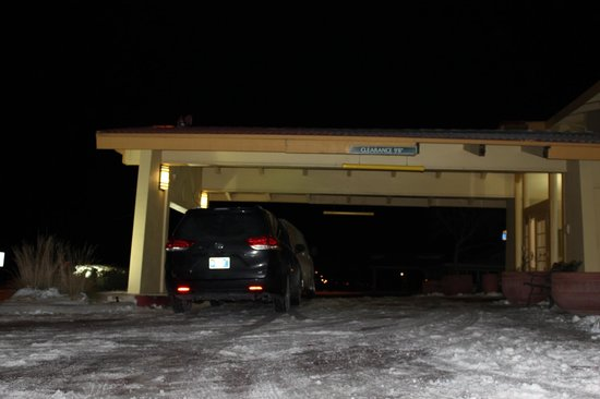 La Quinta Inn Moline Airport: hotel main entrance and driveway