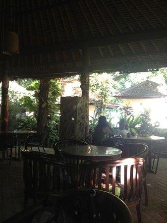 Nirwana Seaside Cottages: restaurant looking toward beach