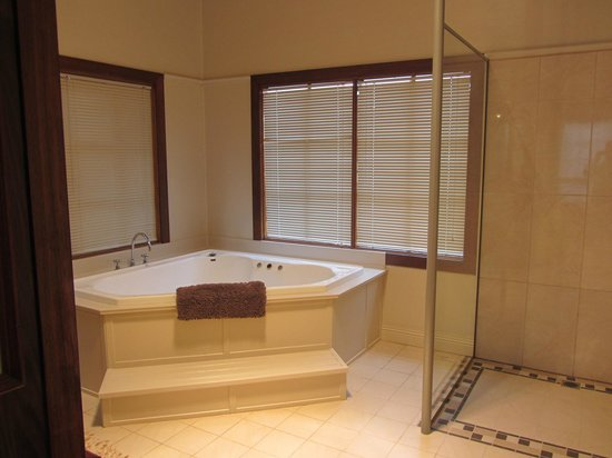 Cable Station: Spa in bathroom
