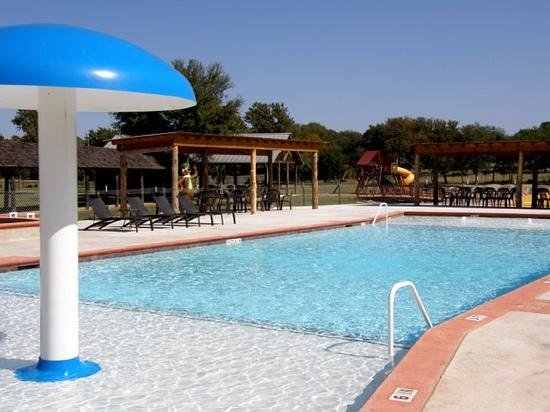 Jellystone Park Texas Wine Country Camping Resort: pool and hot tub