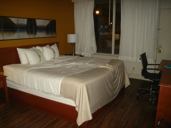 Holiday Inn Montreal Airport: king size bed in bedroom of suite