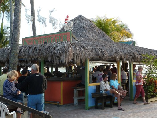 Outrigger Beach Resort: Tiki bar
