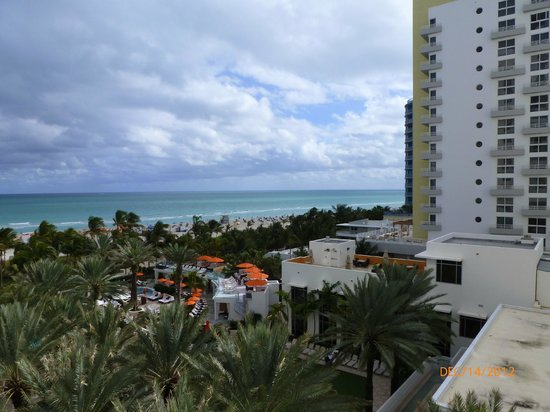 Loews Miami Beach Hotel: View of Beach from Balcony