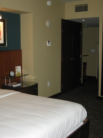 Loews Hotel 1000, Seattle: Nice closet with comfy robes and a safe
