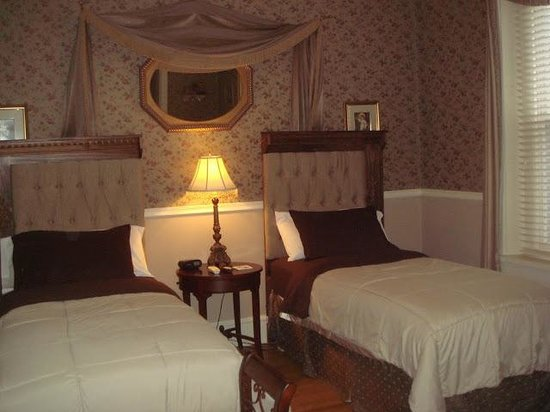 Lovelace Manor Bed and Breakfast: Rose suite