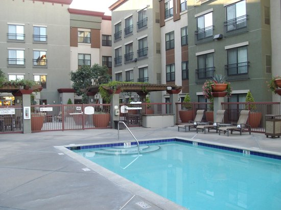 Residence Inn Los Angeles Burbank/Downtown: Pool area