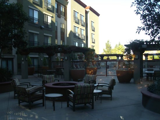 Residence Inn Los Angeles Burbank/Downtown: Common Patio area